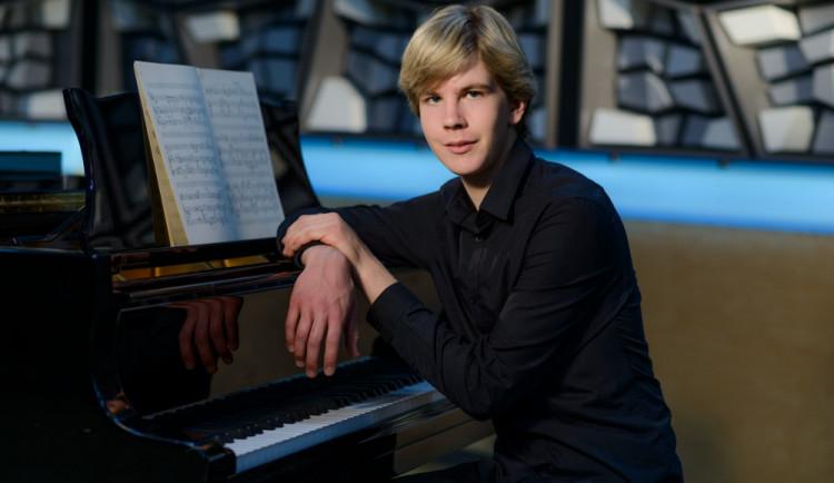 (NE)OBYČEJNÍ: Matyáš Novák. Mimořádně talentovaný hradecký klavírista, který chová desítky slepic