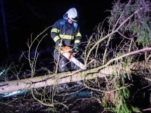 Vítr na Královéhradecku lámal stromy a ničil střechy, ČEZ vyhlásil kalamitu