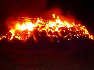 Hořící stoh slámy v Jaroměři