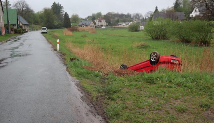Déšť proškolil spěchající řidiče, dvě auta skončila na střeše