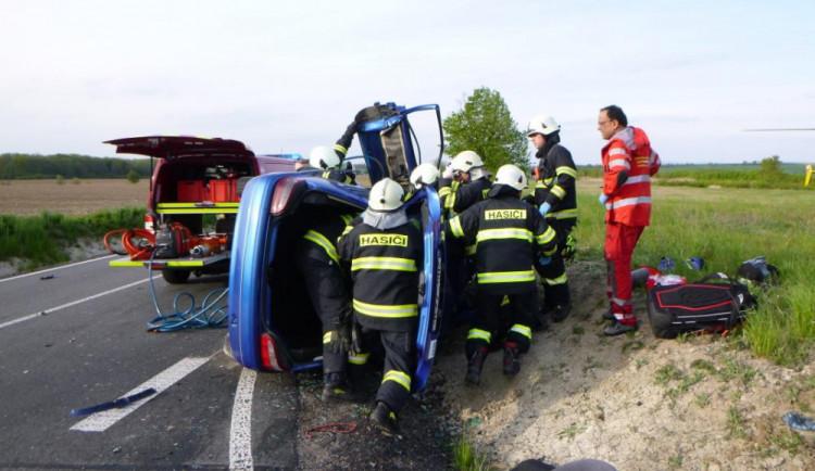 Nedaleko Černilova havarovaly dva osobáky, jednu řidičku museli hasiči z auta vyprostit