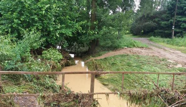 FOTO: Divoká voda zasáhla Dubenec. Prohnala se obcí, dostala se do zahrad i domů