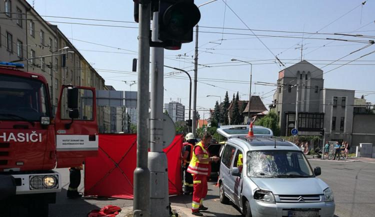 FOTO: Při nehodě v centru Hradce zemřela žena, na přechodu ji srazilo auto