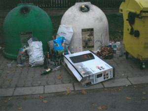 Poházený odpad okolo popelnic trápí Dvůr Králové.