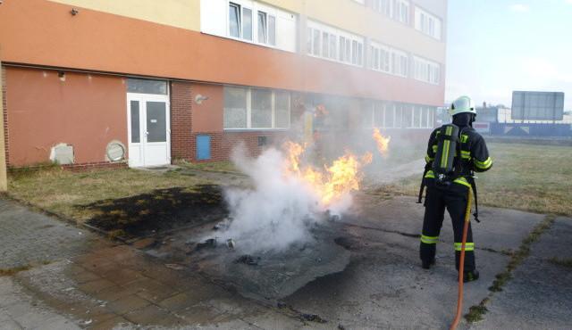 FOTO: Víkend ve znamení požárů. Tráva hořela i na Rock for People