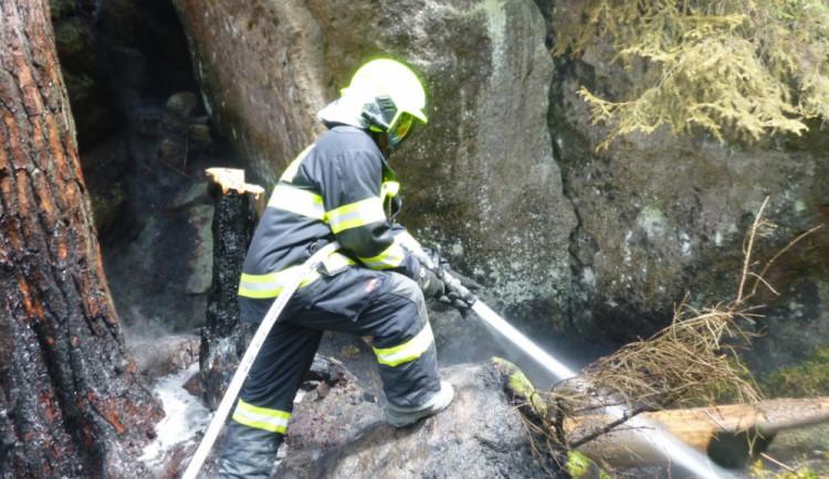 FOTO: Hasiči stále častěji bojují s požáry v přírodě. Včera hořelo i v Adršpachu