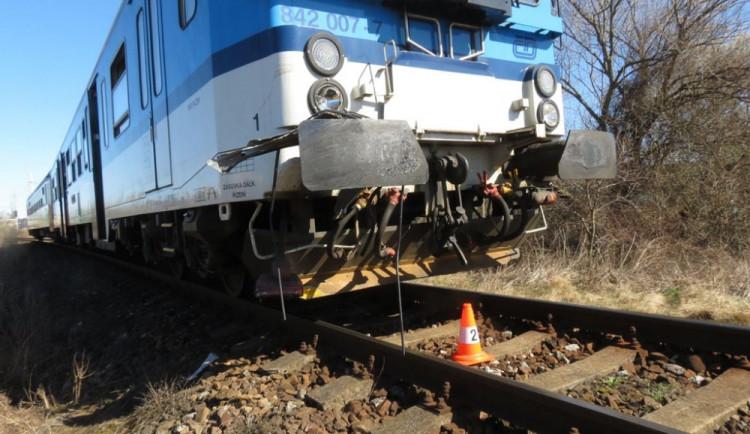 Na Hradecku se srazilo auto s vlakem, na místě zemřeli dva dospělí a dvě děti