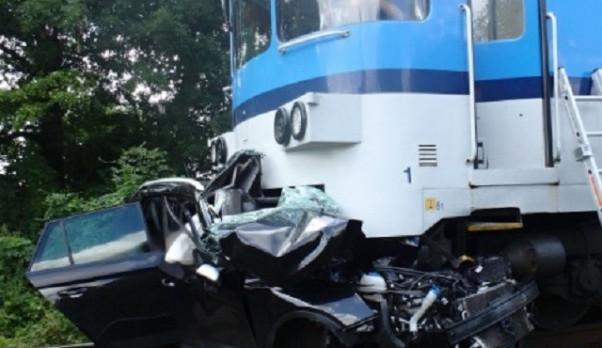Pod koly vlaku zemřeli oba rodiče a jejich dvě děti. Signalizační světla přitom svítila