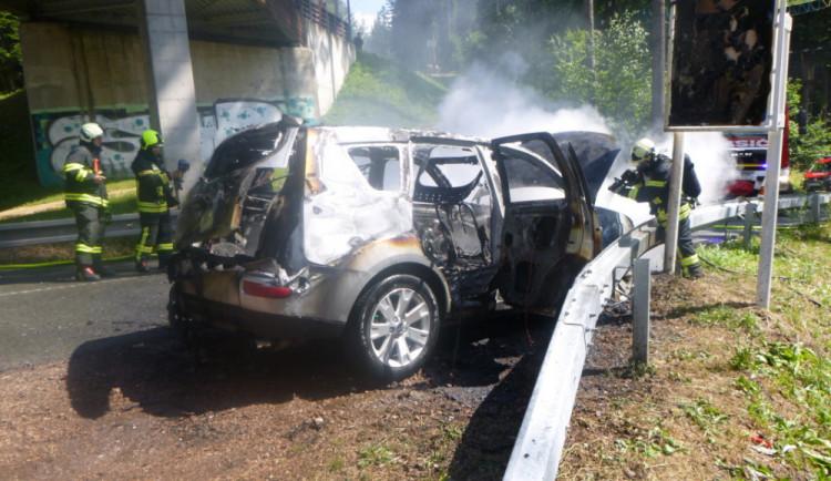 FOTO: V Jánských Lázních shořelo auto. Hořet začalo za jízdy