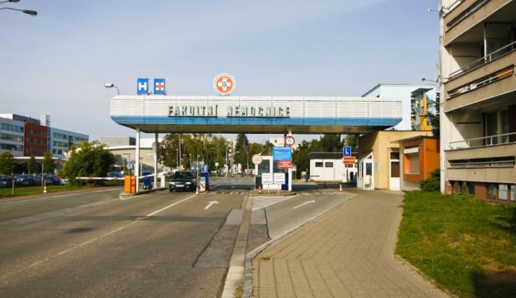 Parkoviště u nemocnice pro dvě stě aut začne fungovat začátkem příštího roku