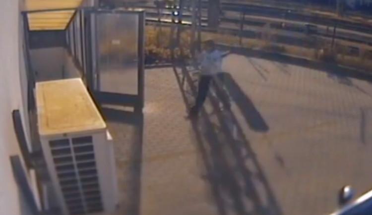 VIDEO: Opilá žena na hradeckém nádraží spadla do kolejiště, vytáhl ji policista