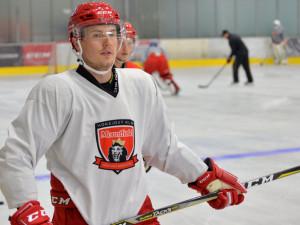Hokejisté už trénují na ledě