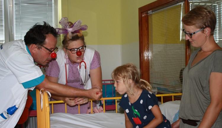 Zdravotní klauni nezapomínají na dětské pacienty ve fakultce ani během prázdnin