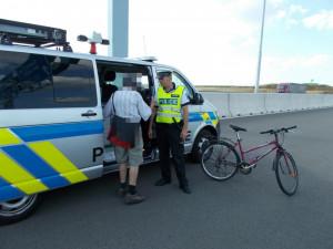 Cyklista jel po dálnici.