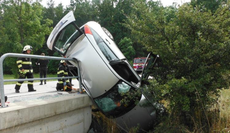 FOTO: Řidič poslal své auto záhadným způsobem přes mostek
