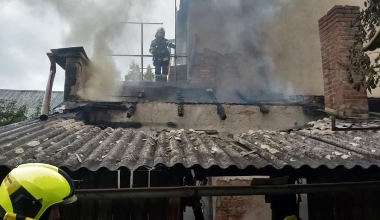 U požáru rodinného domu zasahovalo pět jednotek hasičů