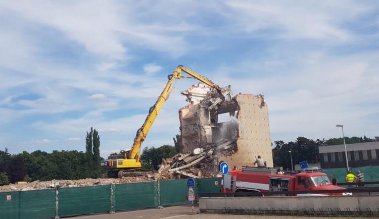 FOTO: Demolice začala! Vybydlený panelák u Aldisu zmizí