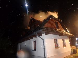 Zásah hasičů u roubenky v Olešnici