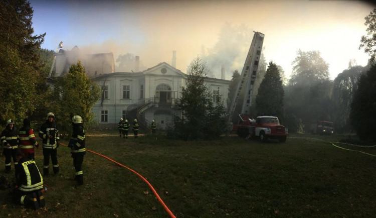 Vyhořelý zámek na Trutnovsku stále čeká na opravu, už přes rok