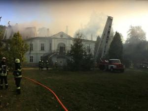 Hasiči u požáru zámku v Horním Maršově