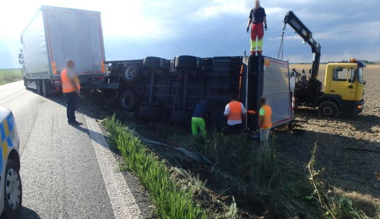 FOTO: Převrácený návěs kamiónu u Nového Bydžova omezil provoz
