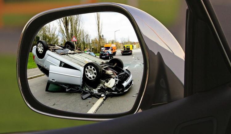 FOTO: Při nehodách šesti aut u Úlibic na Jičínsku se zranili čtyři lidi