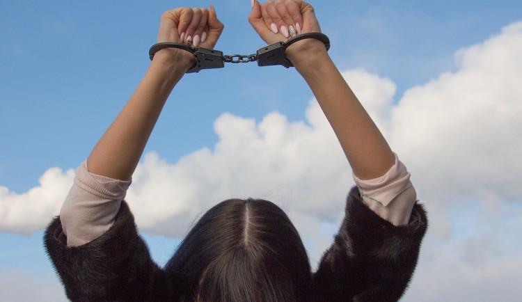 Žena upozornila policisty svou zvláštní jízdou. Měla zákaz řízení