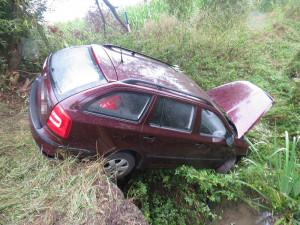 Auto skončilo v příkopě