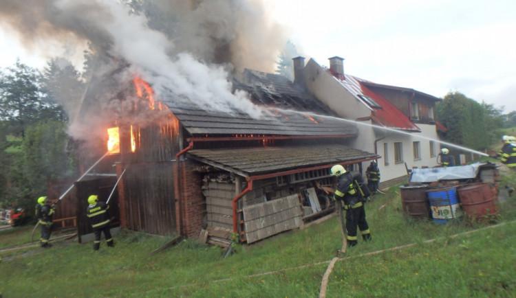 FOTO: U požáru stodoly zasahovalo osm jednotek hasičů