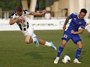 Fotbalisté Hradce (v bílém) v duelu s Jihlavou