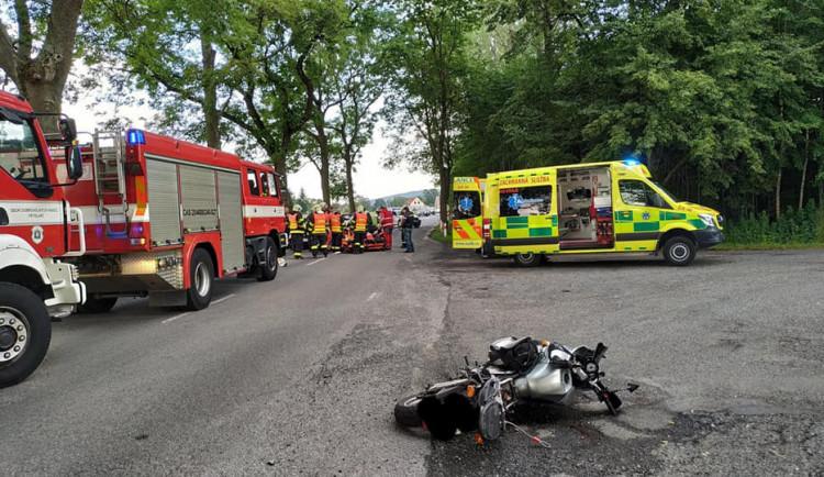 Při nehodách na Hradecku a Jičínsku zemřeli motorkář a řidička