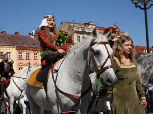 Královna Eliška přijíždí na Velké náměstí