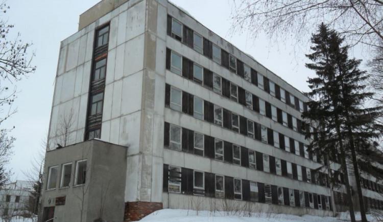 V Rokytnici začala demolice bývalé sovětské ubytovny