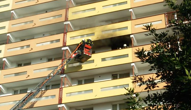 FOTO: V Hradci hořel byt. Hasiči museli evakuovat desítky lidí