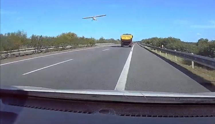 Řidič natočil nebezpečný průlet letadla nad D11