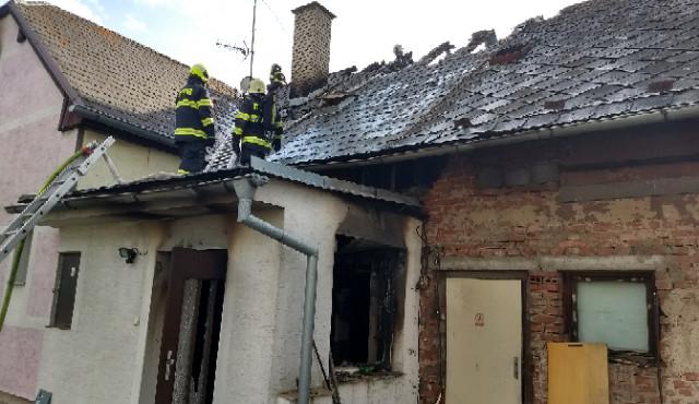Hasiči zasahovali u požáru rodinného domu na Rychnovsku