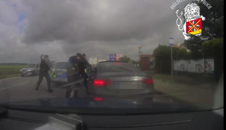 VIDEO: Zásah policistů u Jaroměře proti zloději ukradeného vozu v Rakousku