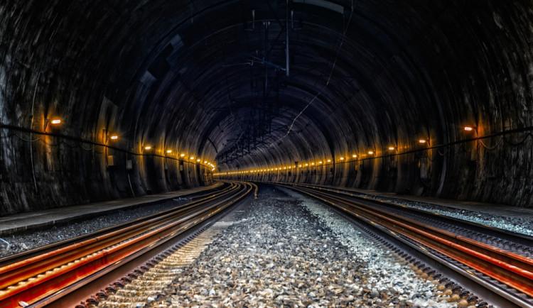 Mladík si u Nové Paky lehl před projíždějící vlak