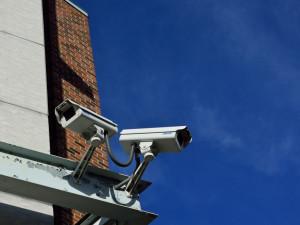 Bezpečnostní kamery na budově školy.