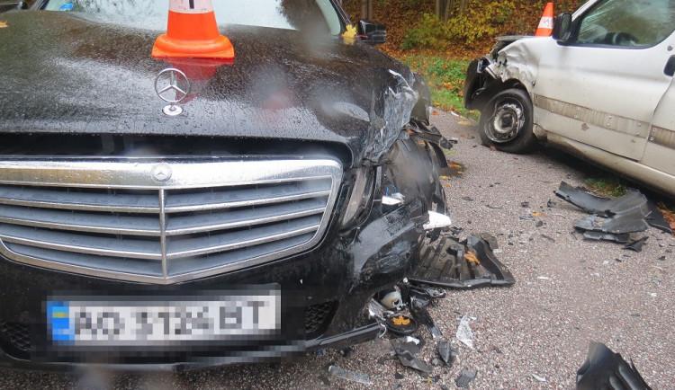 Zahraniční řidič zřejmě nepřizpůsobil rychlost a v zatáčce se střetl s projíždějícím autem
