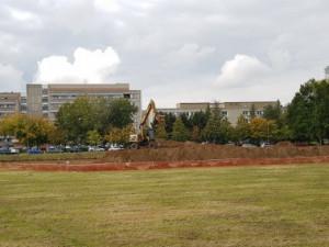 Výstavba provizorního parkoviště u nemocnice.