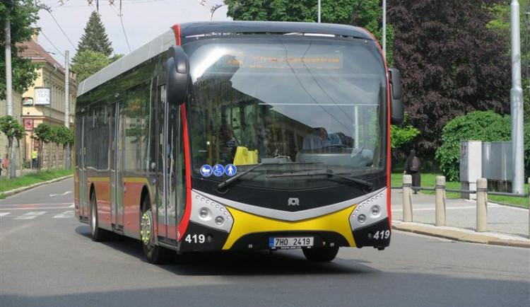 Nové autobusy v Hradci budou mít nabíječky na mobily a chystá se i wifi