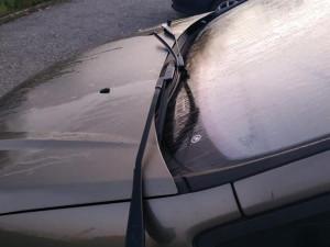 Vandal poškodil několik aut