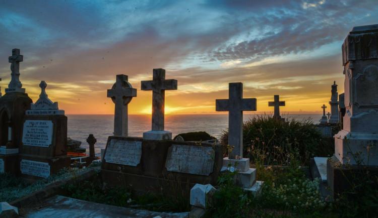 V Hradci budou na Dušičky otevřeny hřbitovy déle, MHD posílí